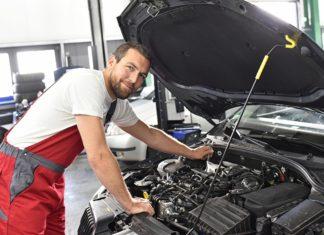 Mechanik przy pracy
